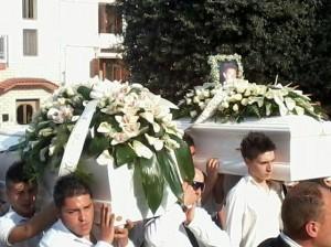 Folla, messaggi e palloncini bianchi  per i due ragazzi morti sulla San Giorgio-Rocca