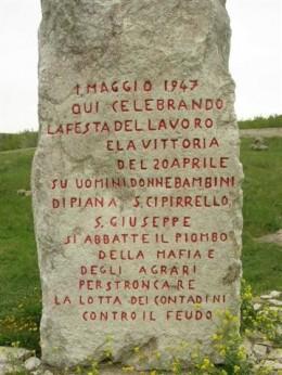 Il cippo a ricordo della Strage del Primo Maggio 1947.