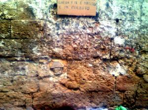 Cartellone esposto sul muro laterale del portone di ISSE E TRAS (5)