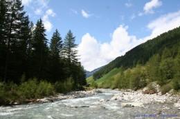Nello scontro tra forze fatte  d' acqua l'uomo non ha scampo (3)
