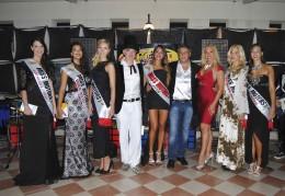 Le vincitrici di Miss Motors con il pittore Kevin Berlin (a sx), il patron Bruno Dalto e Sandy Mayer